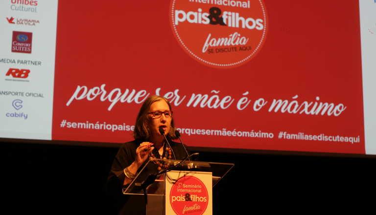 Mônica, diretora editoral da Revista Pais & Filhos, apresentando o 5º Seminário Internacional