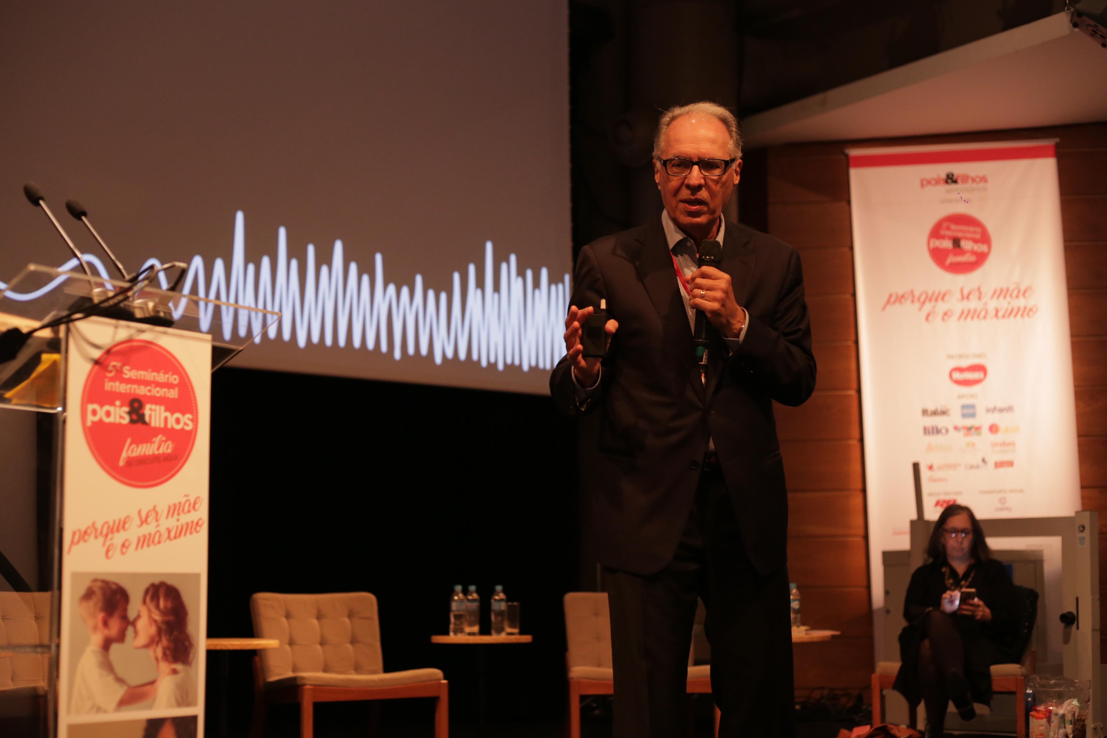 Terceiro palestrante do dia, Ricardo Guimarães